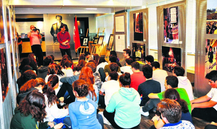 """Visions of the Holocaust"" Exhibition meets students"